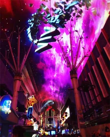 Fremont Street con sus famosas luces y el cartel del vaquero